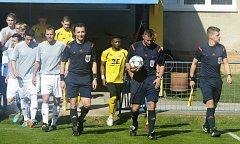 Fotbalisté Strání (ve žlutých dresech) prohráli na hřišti v Břeclavi 2:4 a v divizi D zůstali na čtrnáctém místě.