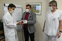 Výtěžek veřejné sbírky města Uherské Hradiště předává řediteli Uherskohradišťské nemocnice Petru Sládkovi starosta města Stanislav Blaha.