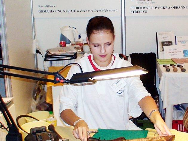 Tereza Jelénková, studentka oboru umělecký rytec kovů.