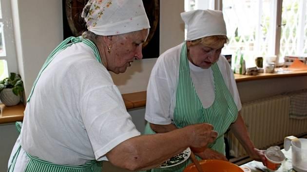 Kuchařky z Hluku vyučovaly se Slováckém muzeu přípravu jídel z vajec.