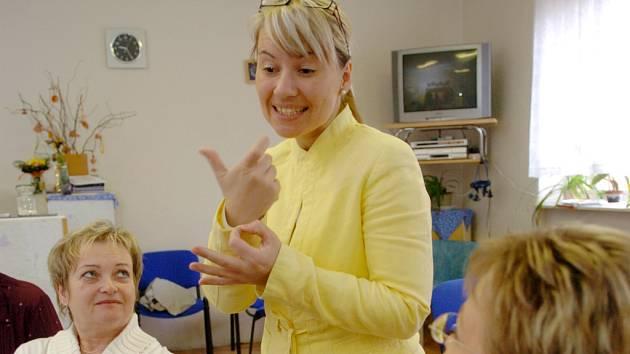 Výuka znakové řeči.