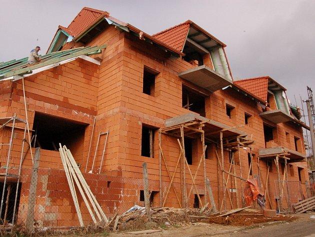 Jeden z nejnovějších domů s chráněnými byty na Slovácku bude stát v Hluku a měl by být dokončený letos v říjnu.