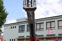 JUBILEUM. Nivničtí hasiči oslavili v sobotu 120 let od vzniku jejich sboru. Součástí oslav byly ukázky historické i současné techniky hasičů a zásahů při požáru a dopravních nehodách.
