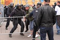 před utkáním došlo k potyčkám mezi fanoušky Baníku a policií.