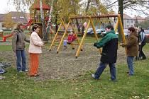 Děti mohou dovádět nejen na houpačkách, ale k dispozici mají i skluzavku či šplhací stěnu.
