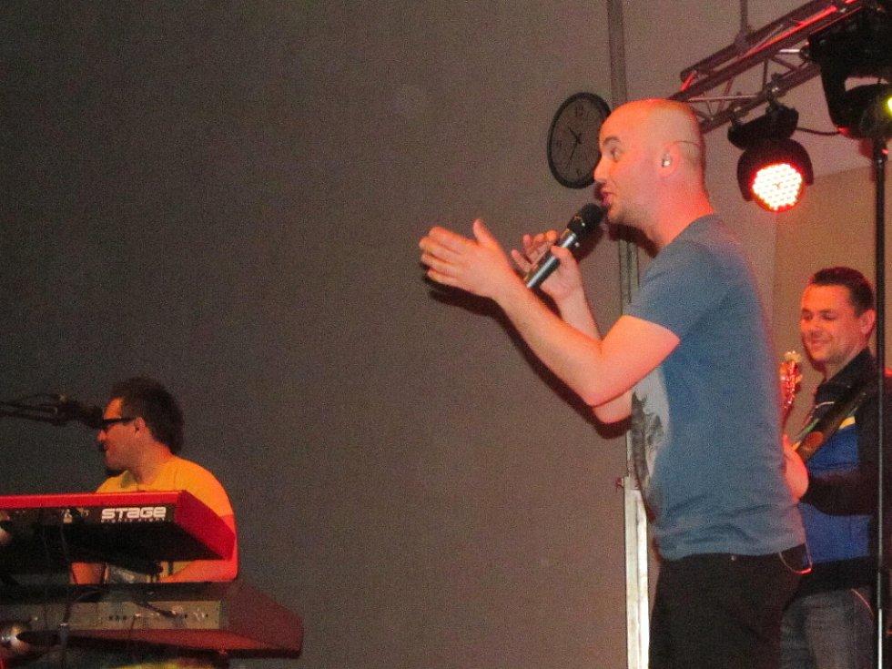 Hluckou sporotvní halu zavlili v sobotu večer fanoušci skupiny No Name.