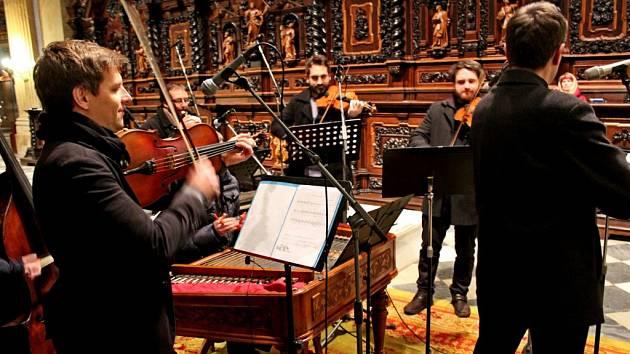 Velehradskou bazilikou zněly vneděli večer vánoční písně vpodání CM Cifra a sboru  Viva la musica zhradišťského gymnázia.