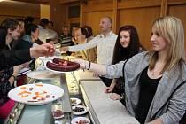 Sál Agra Zlechov se v sobotu zaplnil vínomilci, kteří si mohli koštovat některý z 345 vzorků vín, ale také olivy, klobásy a sýry.