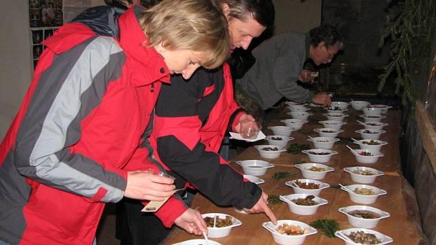 Houboví degustátoři. Byli mezi nimi houbaři amatéři i houbaři mistři.