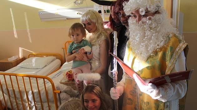 Mikulášská nadílka od firmy Hamé dorazila jako tradičně i na dětské oddělení v Uherskohradišťské nemocnici.