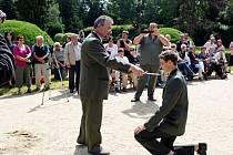 Předávání vysvědčení, výučních listů a pradávné obřady přijímání nováčků do řad rybářů a myslivců se odehrávalo v areálu buchlovického zámku.