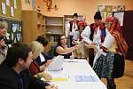 Komunální volby 2018. Hodová chasa volí v ZŠ v Popovicích.