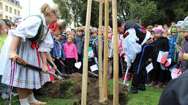 Lípu svobody v Hradišti zasadili ředitelé škol a místostarosta v krojích