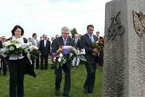 Slavnosti jsou vždy zahajovány položením kytic u památníku.