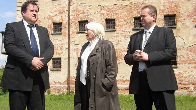 MUSÍME KONAT.  První náměstek ministra spravedlnosti Vladimír Král (vlevo) se v areálu věznice sešel se zástupci Uherského Hradiště i předsedkyní okresního soudu.