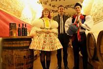 62 litrů vína od společnosti Zlomek a Vávra si odváží do do Sadů vítězný pár Barbora Malinová a Martin Směták ze soutěže Slováckého deníku O nejpohlednější stárkovský pár roku 2015.