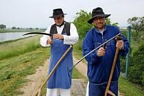 SEKÁČI. V sobotu krátce po šesté hodině ranní začali muži v krojích i v civilních oděvech s kosením trávy u mostu přes řeku Moravu v Kostelanech.