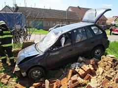 V Boršicích havaroval řidič s vozidlem, zastavila jej až zeď domu