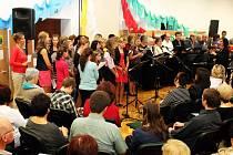 Osmnáct tisíc pět set korun činil výtěžek z druhého ročníku charitativního koncertu s názvem Buchlovice pomáhají, který se uskutečnil v neděli odpoledne v tamním Československém kulturním centru.