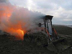 Rozáshlý požár pracovního stroje na poli u Bojkovic.