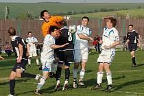 Okresní derby mezi fotbalisty 1. FC Slovácko C a Nedachlebicemi (v bílém) skončilo výhrou domácího týmu 2:0.
