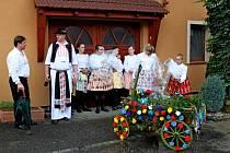 Členové cimbálové muziky Bálešáci hráli chase při nedělní obchůzce dědinou do kroku.