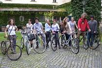 Peníze získané z dražby uměleckých kol poslouží k zaplacení transportu ostatních bicyklů do Afriky.