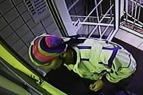 Pachatele přepadení směnárny zachytil shora kamerový systém.
