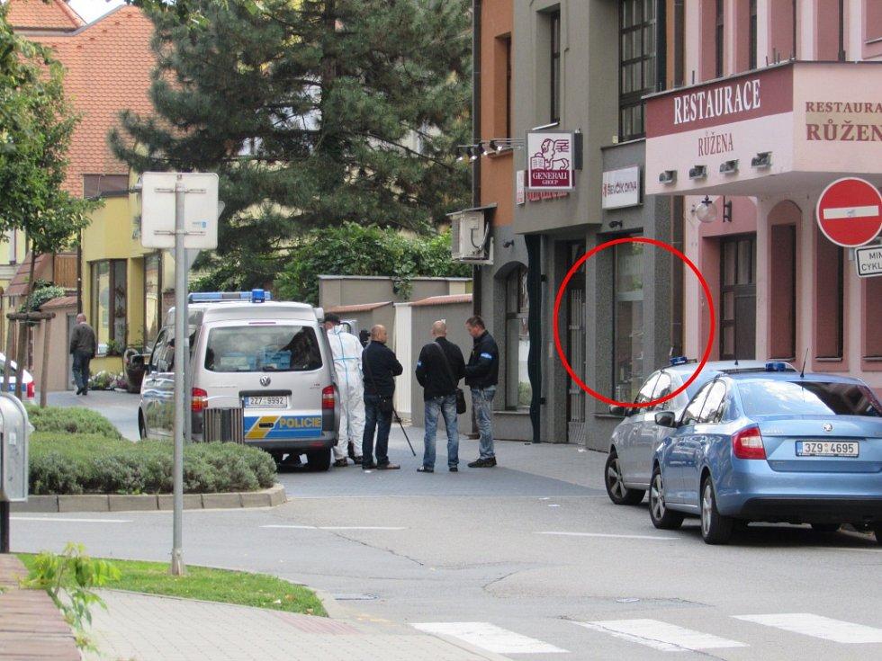 Loupežné přepadení zlatnictví se střelbou v centru Uherského Hradiště.