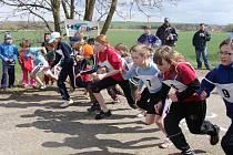 Běžci kategorie 11–12 let vyrážejí na trať