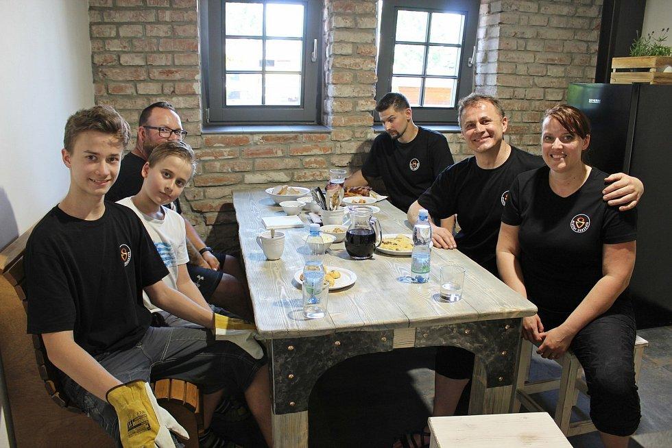 VKovozoo Staré město otevřeli novou kovárnu a pokřtili kovovou vrbu.