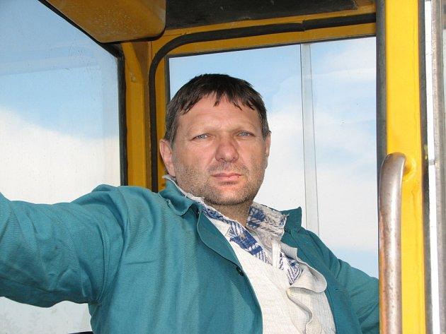 Traktorista Miroslav Kořínek.