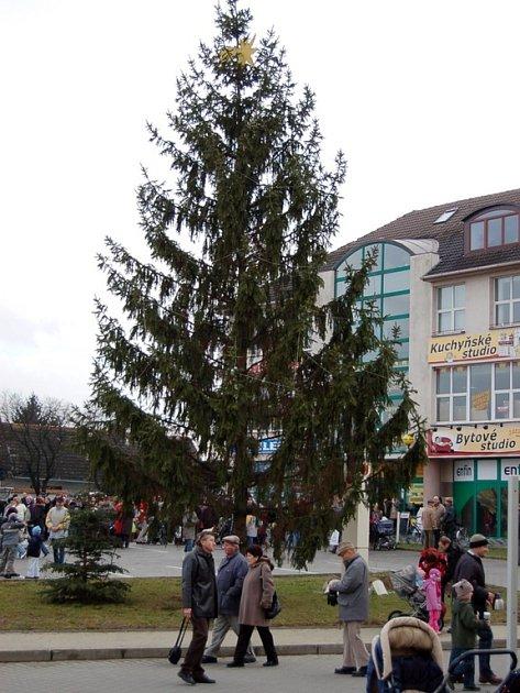 Rozsvícením vánočního stromu pořadatelé zakončili jarmark.