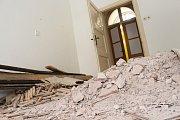 Slavnostní zahájení dlouho očekávané rekonstrukce historické budovy ZUŠ Uherské Hradiště nabídlo i poslední prohlídku zchátralých vnitřních prostor včetně procházky po pavlači.