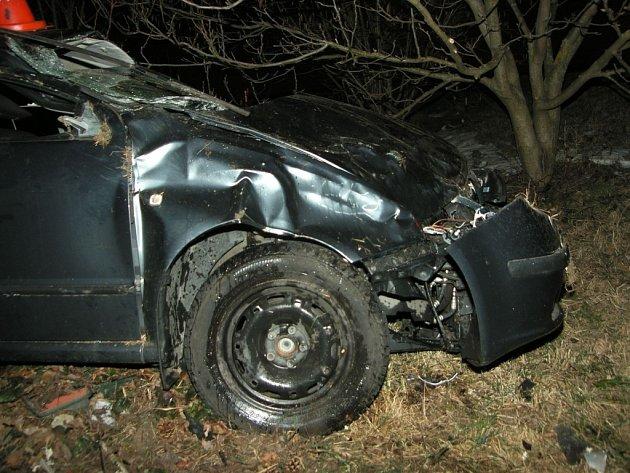 Docela hrozivě vypadala v sobotu 16. března po 21. hodině u Dolního Němčí dopravní nehoda, při níž se v havarované fabii zranili čtyři mladí lidé.