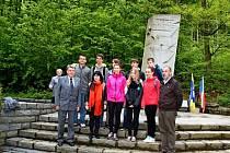 K památníku ve Vápenicích se lidé přišli v sobotu dopoledne poklonit dvaceti lidem, které tu fašisté zavraždili.
