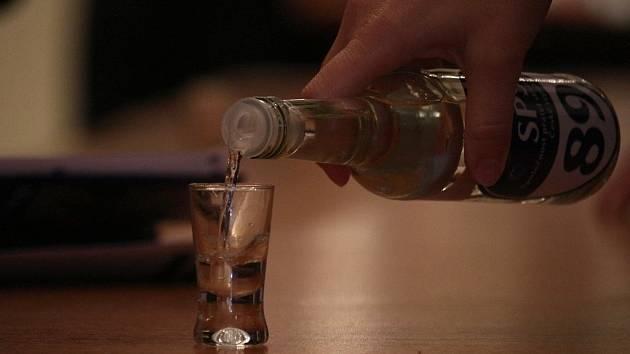 Vypil tři čtvrtě litru slivovice, z šaliny mu museli pomoci strážníci