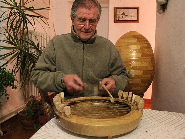 Antonín Hájek s Mařatic si vyrobil vlastní hudební nástroj