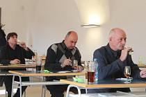 O šampionovi museli tři porotci rozhodnout mezi třemi víny, která dostala nejvíce bodů.
