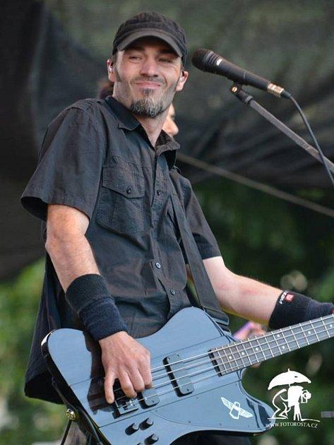 Jindra Hráček, zpěvák a baskytarista seskupení Free Fall Band s.r.o.