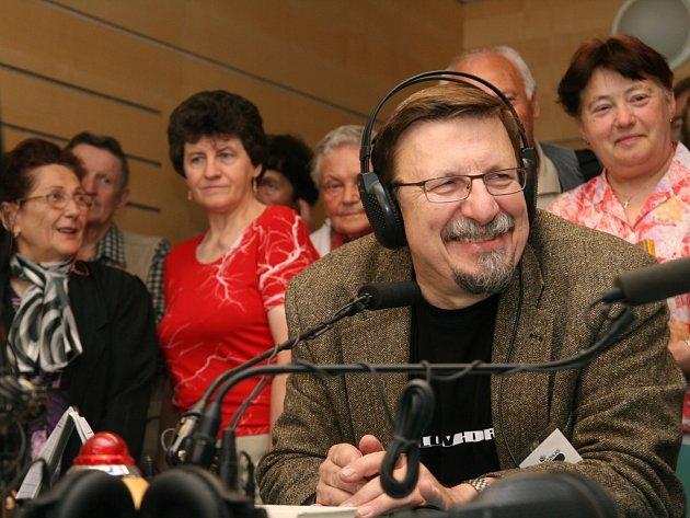 Josef Veselý, oblíbený moderátor Českého rozhlasu Brno, při vysíláni v Den otevřených dveří.