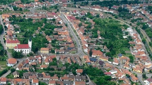 Letecký pohled na Ostrožskou Lhotu. Ilustrační foto.