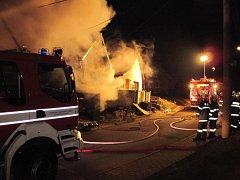 Při požáru domu zemřel člověk