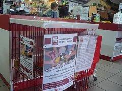 Potravinovou pomoc poskytují zákazníci prodejen, ve kterých jsou umístěny speciální koše na darované zboží.