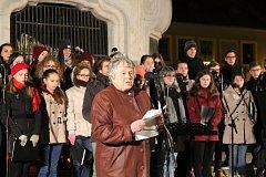 Stovky lidí vzpomínaly v sobotu navečer v Uherském Hradišti na Sametovou revoluci před 29 lety.