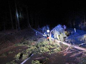 Silný vítr v noci na úterý 12. prosince komplikoval práci hasičů
