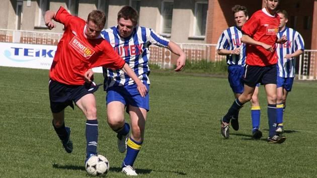Fotbalisté Tupes (v pruhovaném) získali na hřišti Hluku B důležité body.