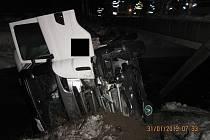 Mezi Drietomou a Starým Hrozenkovem ve čtvrtek ráno havaroval kamion.