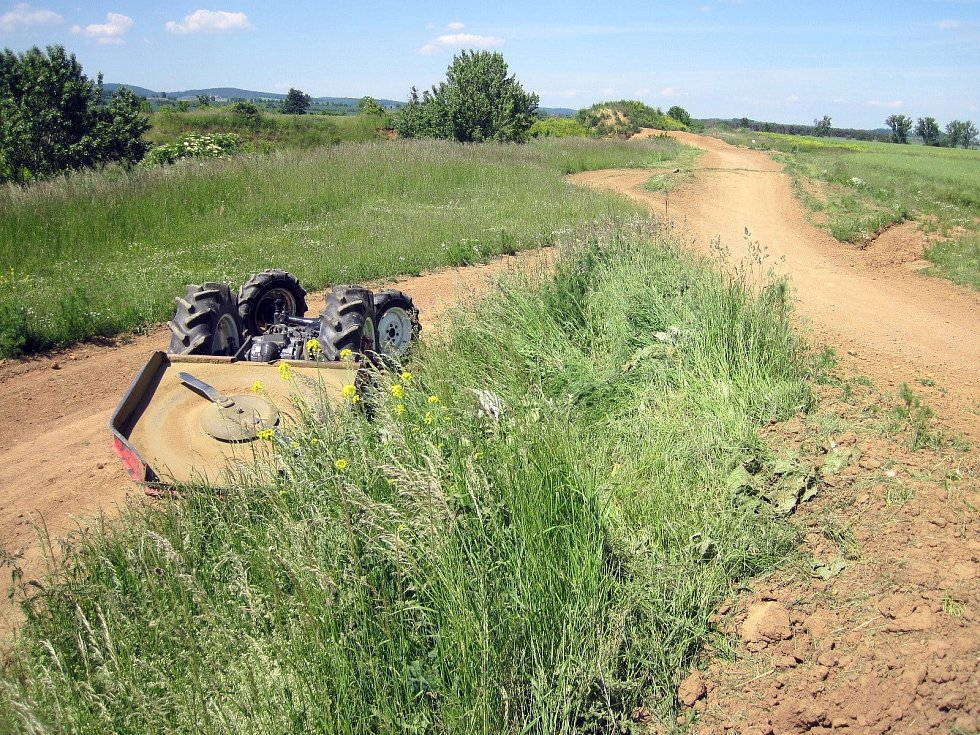 Tragédie v Boršicích. Život řidiče vyhasl pod převráceným traktorem.