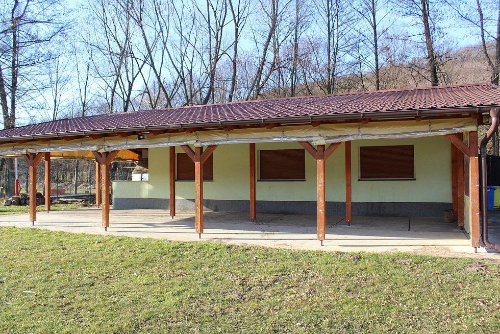Částkov je vesnička s necelými čtyřmi stovkami obyvatel.  Sportovní areál TJ Sokol